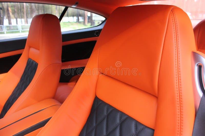 Πορτοκαλιά καθίσματα αυτοκινήτων δέρματος στοκ εικόνες με δικαίωμα ελεύθερης χρήσης