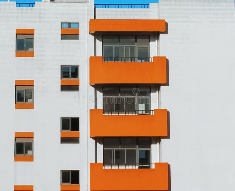 Πορτοκαλιά και άσπρα κτήρια Οι κινηματογραφήσεις σε πρώτο πλάνο των κτηρίων μπορούν να χρησιμοποιηθούν ως υλικό υποβάθρου στοκ φωτογραφία