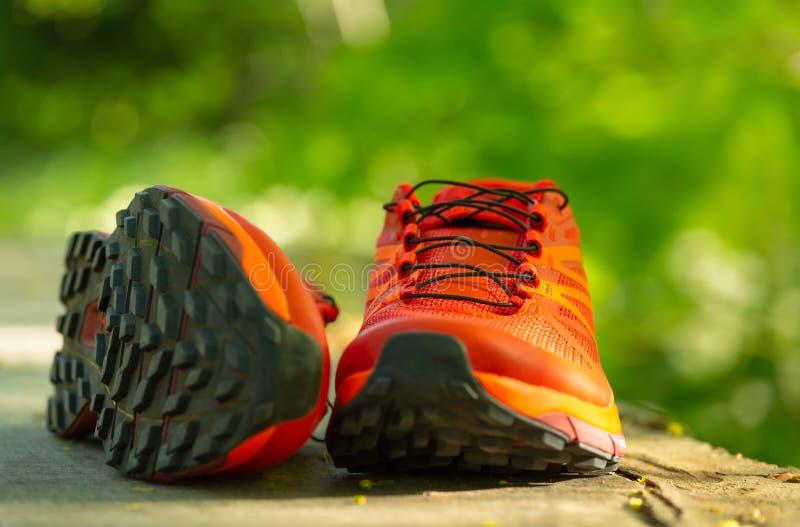 Πορτοκαλιά, σύγχρονα αθλητικά παπούτσια στοκ εικόνες