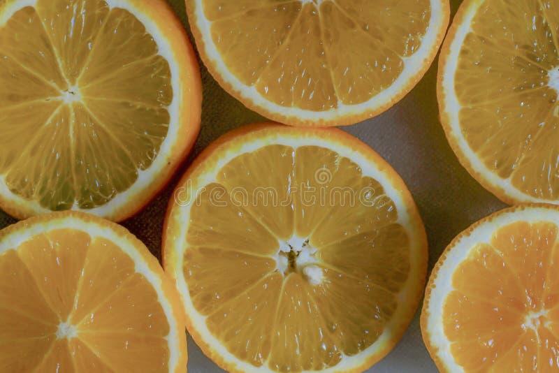Πορτοκαλιά φέτα Το υπόβαθρο του μισού έκοψε τα πορτοκάλια στοκ εικόνα
