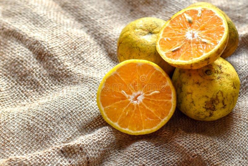 Πορτοκαλιά φρούτα sackcloth με το διάστημα αντιγράφων στοκ εικόνες
