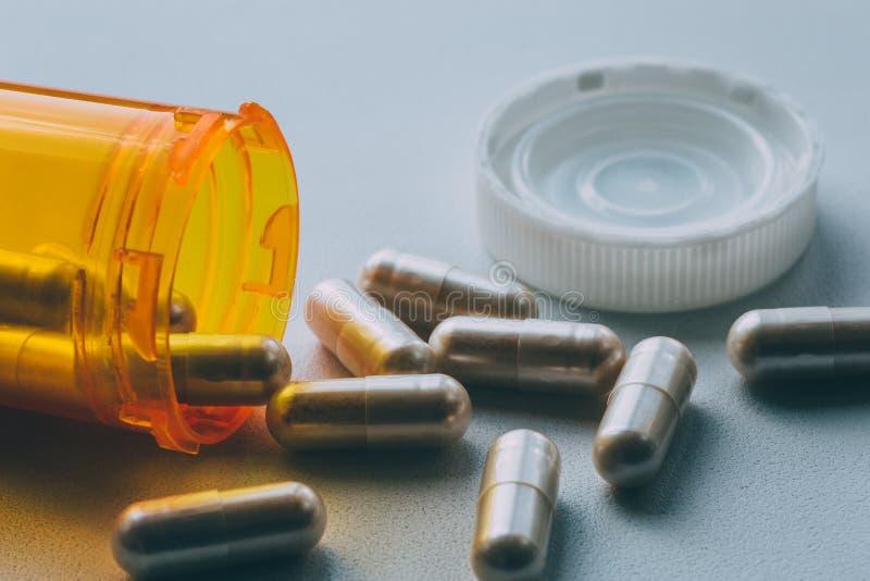 Πορτοκαλιά χάπια μπουκαλιών και ιατρικής χαπιών ή ταμπλέτες, έννοια φαρμάκων φαρμακείων φαρμάκων, μακρο στενός επάνω στοκ φωτογραφίες με δικαίωμα ελεύθερης χρήσης