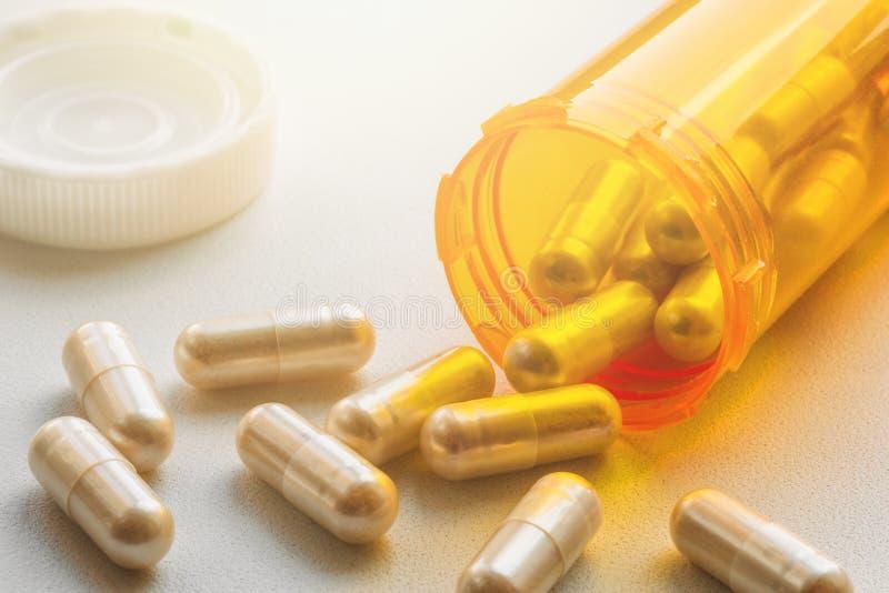 Πορτοκαλιά χάπια μπουκαλιών και ιατρικής χαπιών ή ταμπλέτες, έννοια φαρμάκων φαρμακείων φαρμάκων στοκ φωτογραφία