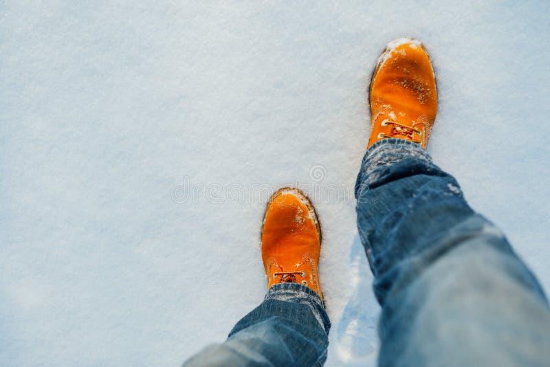 Πορτοκαλιά χειμερινά παπούτσια στο χιόνι στοκ εικόνα με δικαίωμα ελεύθερης χρήσης