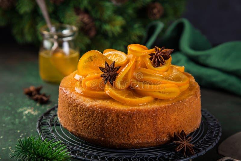 Πορτοκαλιά polenta Χριστουγέννων και κέικ αμυγδάλων που διακοσμείται με γλασαρισμένο στοκ εικόνες