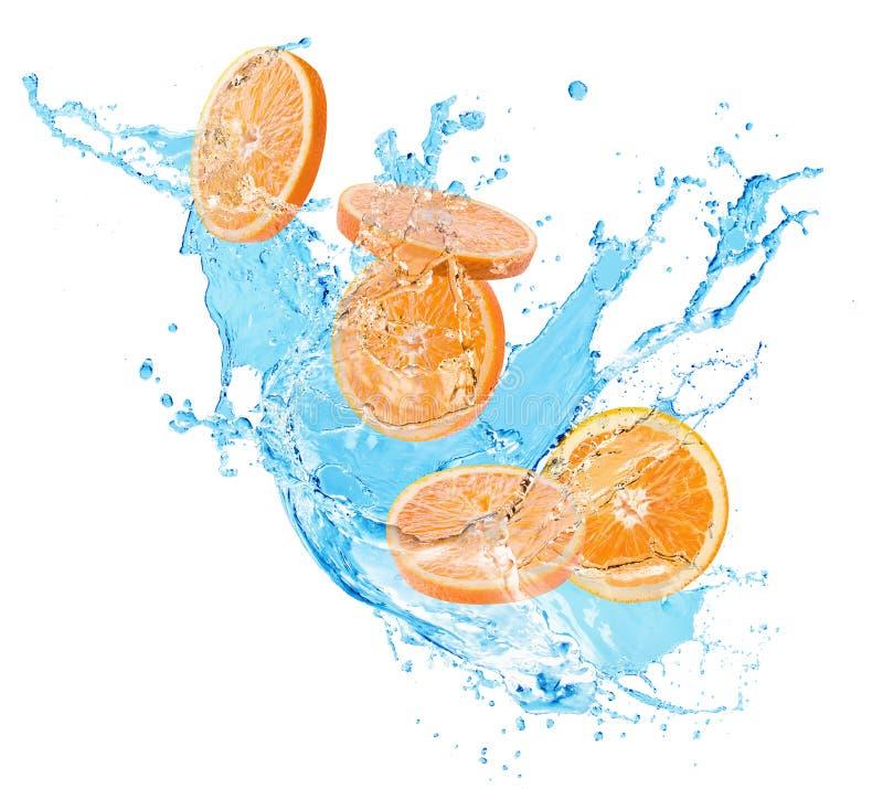 Πορτοκαλιές φέτες στον παφλασμό νερού που απομονώνεται σε ένα άσπρο υπόβαθρο στοκ φωτογραφία με δικαίωμα ελεύθερης χρήσης