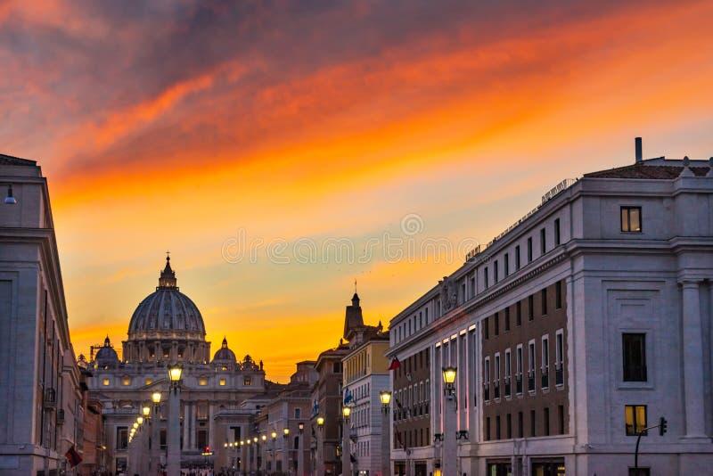 Πορτοκαλιοί φωτεινοί σηματοδότες Άγιος Peter& x27 ηλιοβασιλέματος βασιλική Βατικανό Ρώμη Ιταλία του s στοκ φωτογραφίες με δικαίωμα ελεύθερης χρήσης