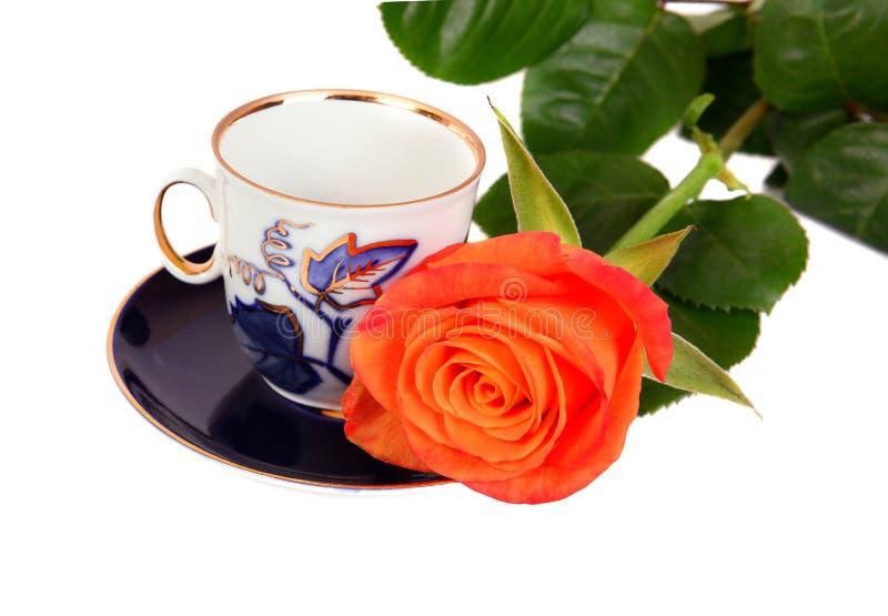 Πορτοκαλής αυξήθηκε με το μπλε φλυτζάνι coffe στοκ φωτογραφίες