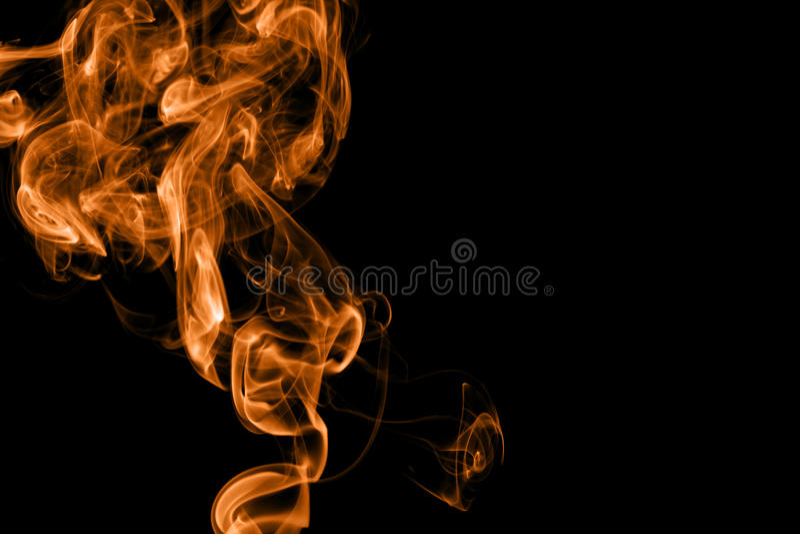 Πορτοκαλής καπνός πυρκαγιάς στο μαύρο υπόβαθρο στοκ εικόνες