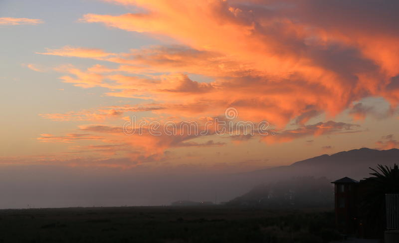 Πορτοκαλής ουρανός ηλιοβασιλέματος πέρα από την ακτή Καλιφόρνιας στοκ φωτογραφία