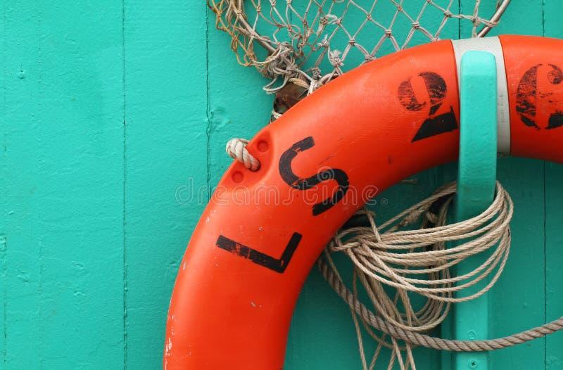 Πορτοκαλής σημαντήρας ζωής σε μια βάρκα στοκ φωτογραφία με δικαίωμα ελεύθερης χρήσης