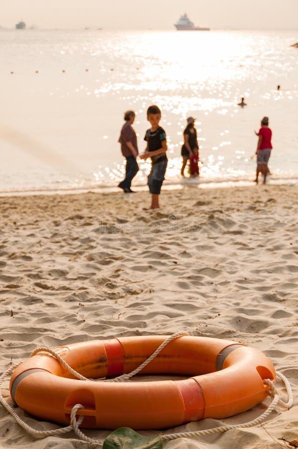 Πορτοκαλής σημαντήρας ζωής στην παραλία στοκ εικόνες