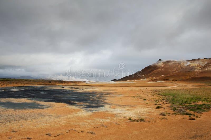 Πορτοκαλί έδαφος και καυτός ατμός στην περιοχή Hverarond, Ισλανδία στοκ εικόνα