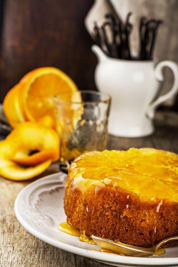 Πορτοκαλί ανάποδο κέικ με το γλυκό σιρόπι στοκ φωτογραφία