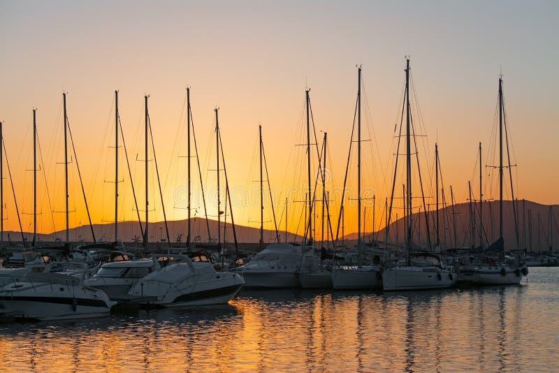 Πορτοκαλί ηλιοβασίλεμα στο λιμάνι Alghero στοκ φωτογραφία με δικαίωμα ελεύθερης χρήσης
