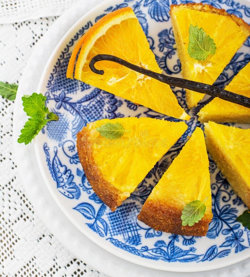 Πορτοκαλί κέικ με τις πορτοκαλιές φέτες στοκ εικόνα με δικαίωμα ελεύθερης χρήσης