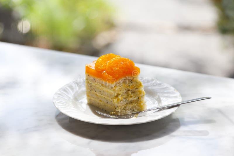 Πορτοκαλί κέικ στον πίνακα στοκ φωτογραφίες με δικαίωμα ελεύθερης χρήσης