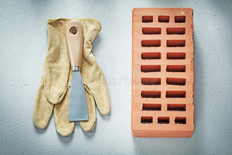 Πορτοκαλί μαχαίρι παλετών γαντιών ασφάλειας δέρματος τούβλων στο συγκεκριμένο BA στοκ εικόνα με δικαίωμα ελεύθερης χρήσης