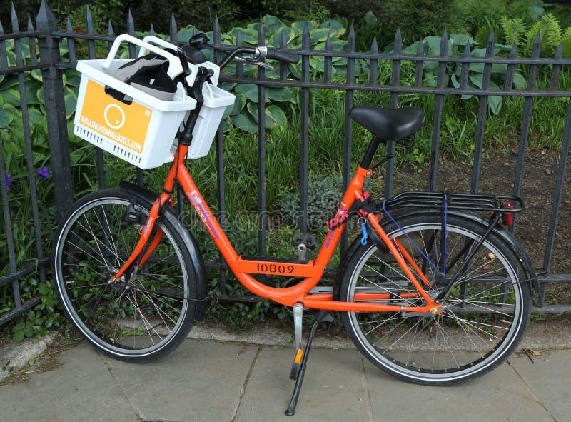 Πορτοκαλί ποδήλατο στο Μπρούκλιν στοκ εικόνες