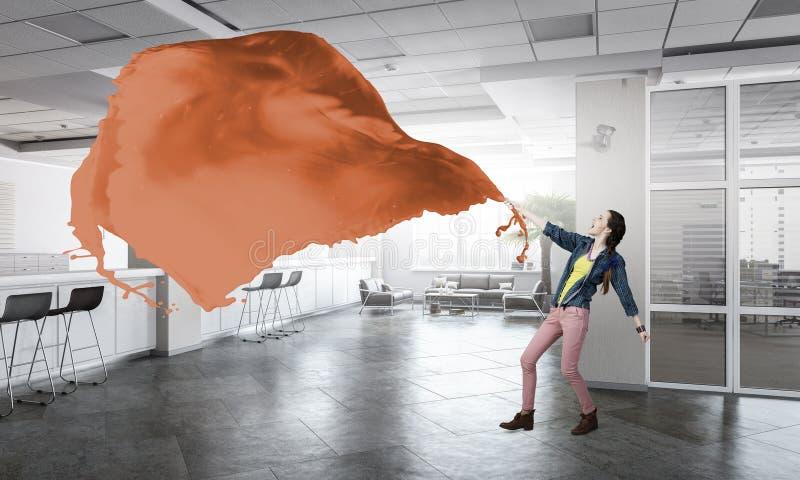 Πορτοκαλί ύφασμα τραβήγματος γυναικών στοκ φωτογραφίες