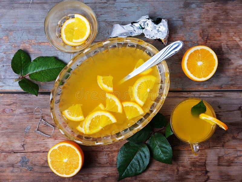 Πορτοκαλιά διάτρηση με θερινό ποτό οινοπνεύματος φρούτων το γλυκό στοκ εικόνα με δικαίωμα ελεύθερης χρήσης