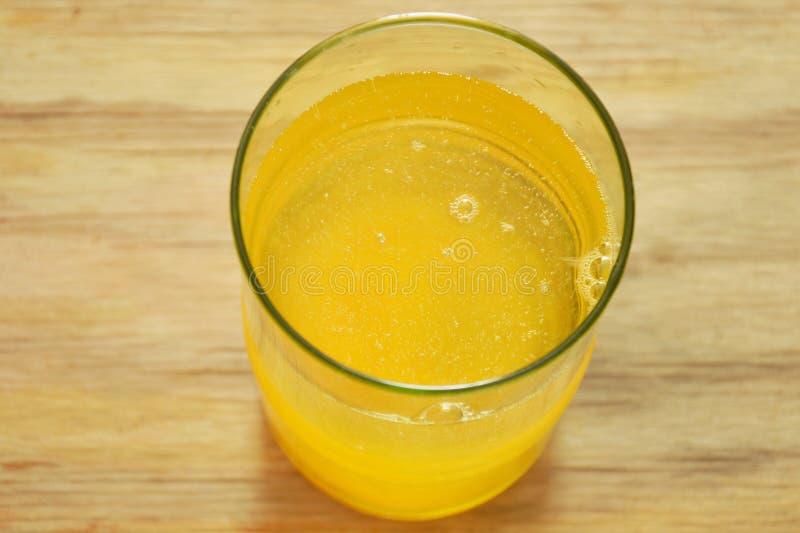 Πορτοκαλιά διάλυση σκονών γεύσης ηλεκτρολυτών σε του γλυκού νερού στοκ φωτογραφίες με δικαίωμα ελεύθερης χρήσης