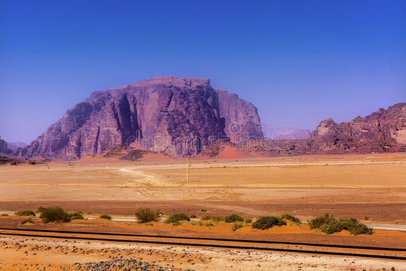 Πορτοκαλιά κίτρινη κοιλάδα σχηματισμού βράχου άμμου του ρουμιού Ιορδανία Wadi φεγγαριών στοκ εικόνα με δικαίωμα ελεύθερης χρήσης