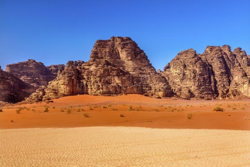 Πορτοκαλιά κίτρινη κοιλάδα σχηματισμού βράχου άμμου του ρουμιού Ιορδανία Wadi φεγγαριών στοκ φωτογραφία