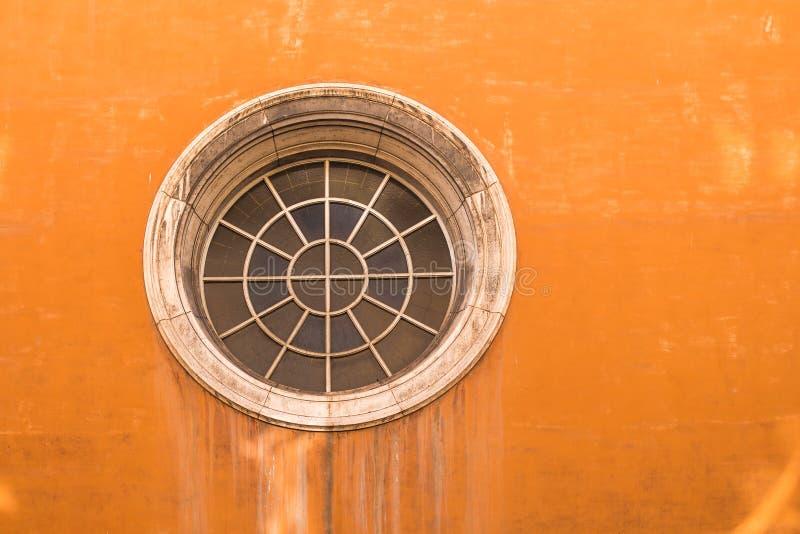 Πορτοκαλιά πρόσοψη ενός σπιτιού στη Ρώμη, Ιταλία στοκ φωτογραφία με δικαίωμα ελεύθερης χρήσης