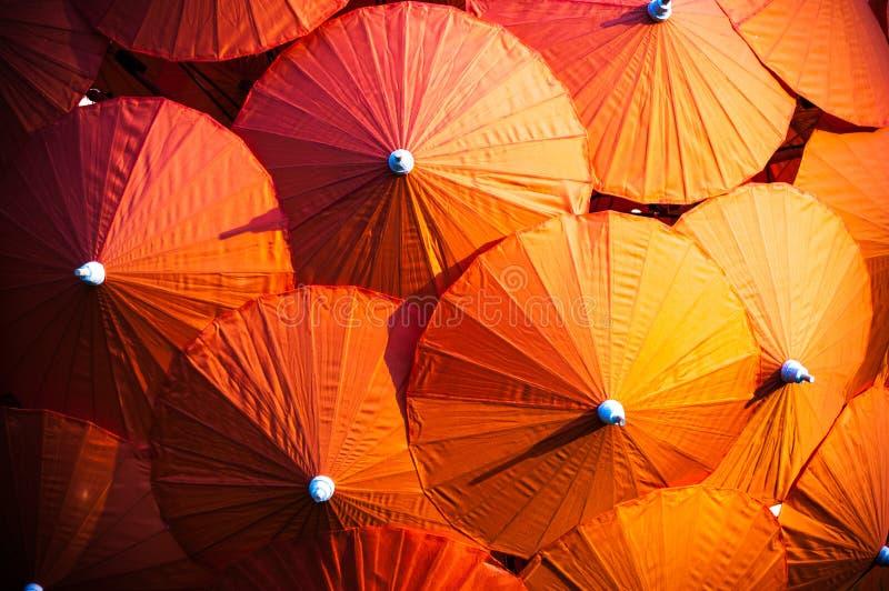 Πορτοκαλιά ταϊλανδικά parasols στοκ εικόνες