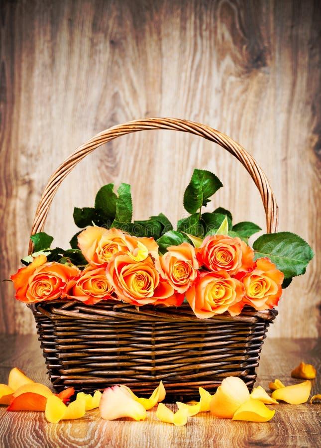 Πορτοκαλιά τριαντάφυλλα στη λυγαριά στοκ φωτογραφία με δικαίωμα ελεύθερης χρήσης
