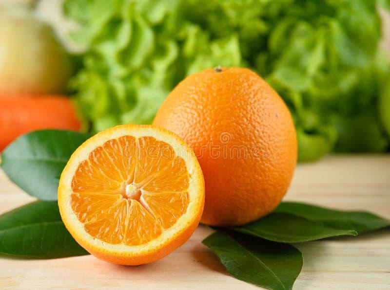 Πορτοκαλιά φέτα που απομονώνεται στο ξύλινο υπόβαθρο στοκ εικόνα με δικαίωμα ελεύθερης χρήσης