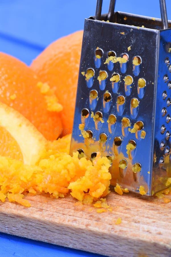 Πορτοκαλιά φρούτα και πορτοκαλιά απόλαυση με τον ξύστη στοκ εικόνα με δικαίωμα ελεύθερης χρήσης