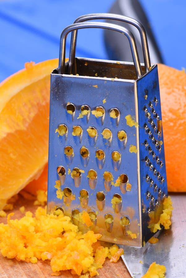 Πορτοκαλιά φρούτα και πορτοκαλιά απόλαυση με τον ξύστη στοκ εικόνες με δικαίωμα ελεύθερης χρήσης