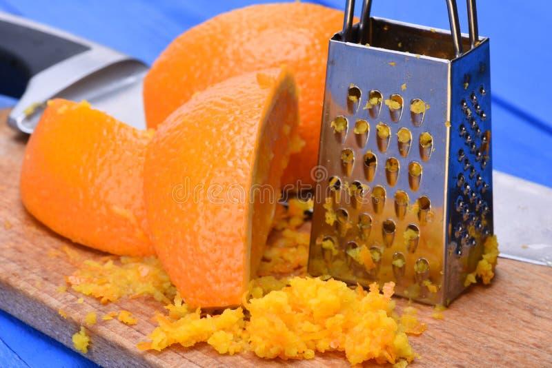 Πορτοκαλιά φρούτα και πορτοκαλιά απόλαυση με τον ξύστη στοκ εικόνες