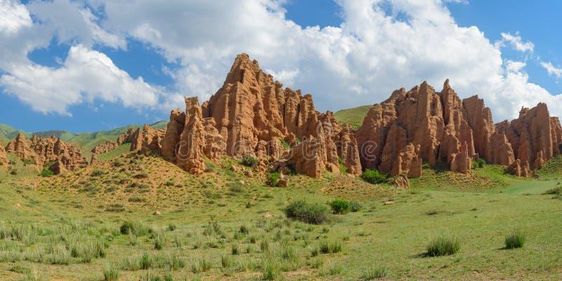 Πορτοκαλιοί βράχοι κοντά στο οροπέδιο Asy στοκ εικόνα με δικαίωμα ελεύθερης χρήσης