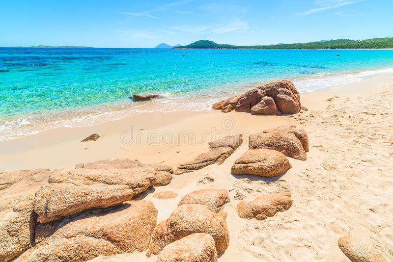 Πορτοκαλιοί βράχοι στην παραλία Liscia Ruja στοκ εικόνα με δικαίωμα ελεύθερης χρήσης