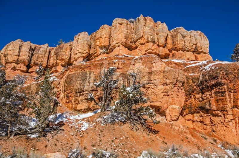 Πορτοκαλιοί σχηματισμοί βράχου ενάντια στο βαθύ μπλε ουρανό στη Γιούτα στοκ εικόνα