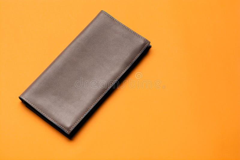 Πορτοφόλι ατόμων ` s δέρματος στο κίτρινο υπόβαθρο Τοπ όψη στοκ φωτογραφία