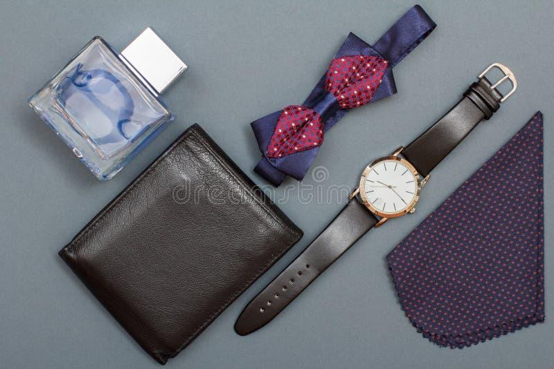 Πορτοφόλι δέρματος, Κολωνία για τα άτομα, δεσμός τόξων, ρολόι με το μαύρο leathe στοκ εικόνες