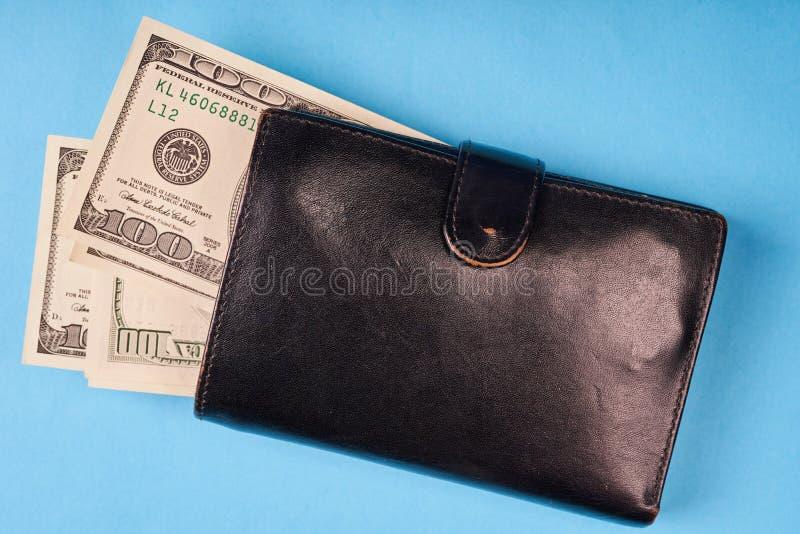 Πορτοφόλι δέρματος με τα αμερικανικά δολάρια στο χρωματισμένο υπόβαθρο εγγράφου στοκ εικόνες με δικαίωμα ελεύθερης χρήσης