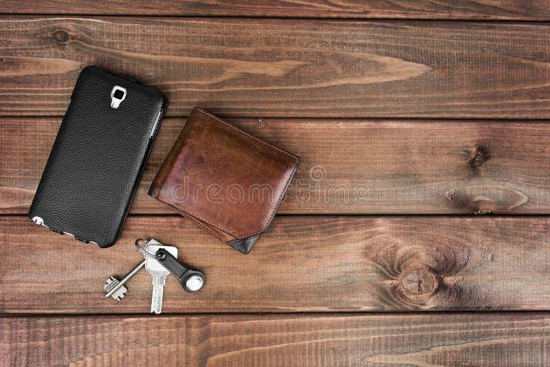 Πορτοφόλι δέρματος, τηλεφωνική σακούλα και κλειδιά στοκ φωτογραφίες