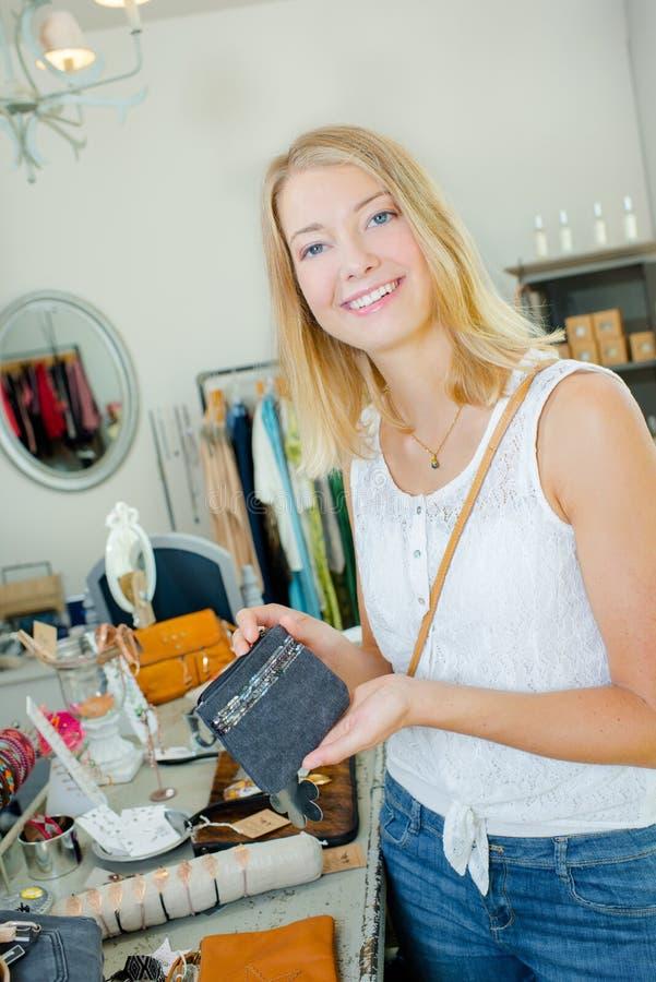 Πορτοφόλι γυναικείας εκμετάλλευσης στο κατάστημα στοκ φωτογραφίες με δικαίωμα ελεύθερης χρήσης