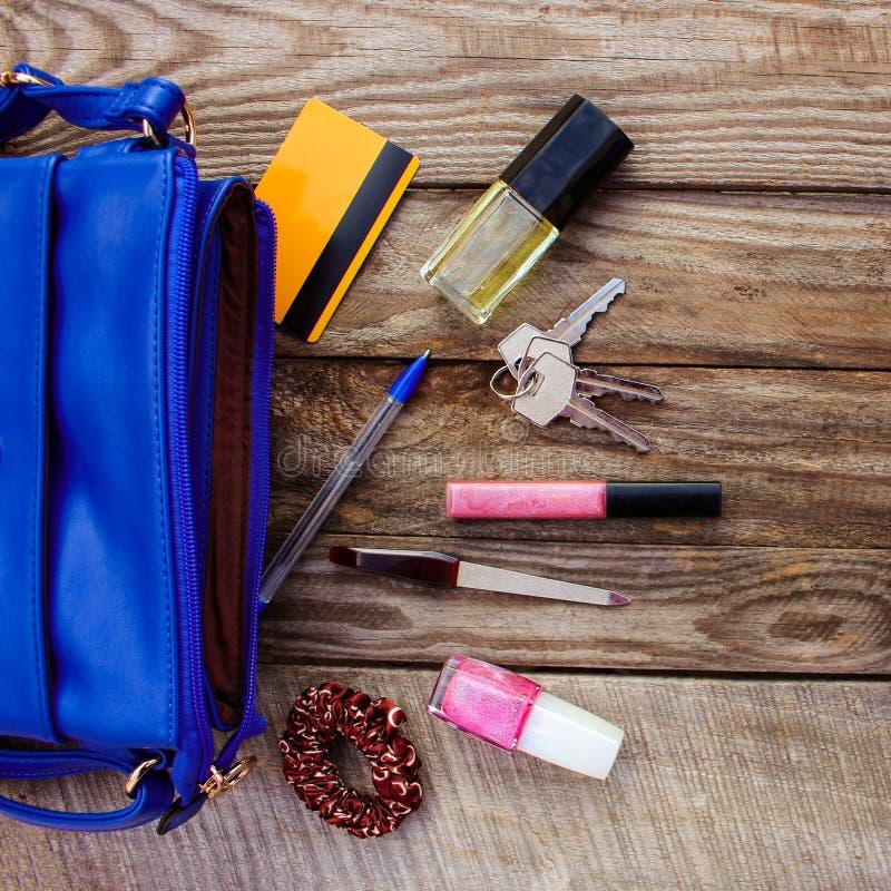 Πορτοφόλι των μπλε γυναικών και εξαρτήματα των γυναικών στοκ φωτογραφία