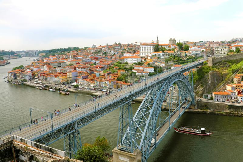 ΠΟΡΤΟ, ΠΟΡΤΟΓΑΛΙΑ - 20 ΙΟΥΝΊΟΥ 2018: άποψη της ιστορικής πόλης του Πόρτο με τα DOM Luiz Ι γέφυρα, Πορτογαλία στοκ φωτογραφία με δικαίωμα ελεύθερης χρήσης