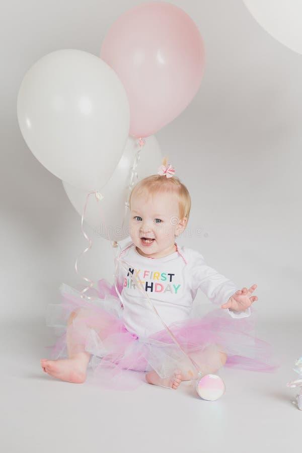Πορτρέτα γενεθλίων ενός έτους βρεφών με τα μπαλόνια στοκ εικόνα