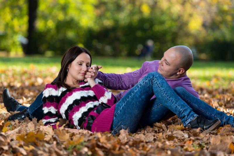 Πορτρέτα ζεύγους φθινοπώρου στοκ φωτογραφίες
