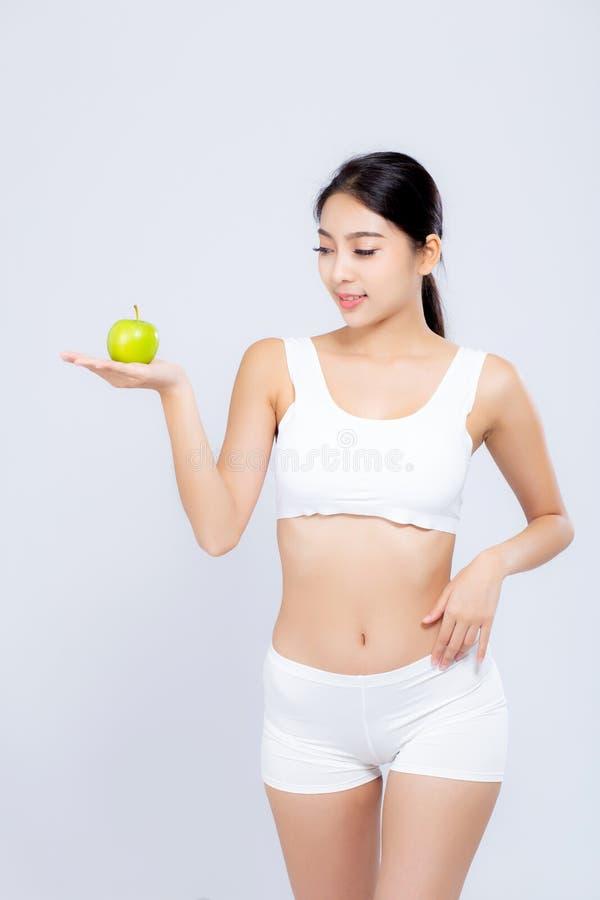 Πορτρέτου ασιατικά γυναικών χαμόγελου φρούτα μήλων εκμετάλλευσης πράσινα και όμορφη διατροφή σωμάτων με την τακτοποίηση που απομο στοκ φωτογραφία με δικαίωμα ελεύθερης χρήσης