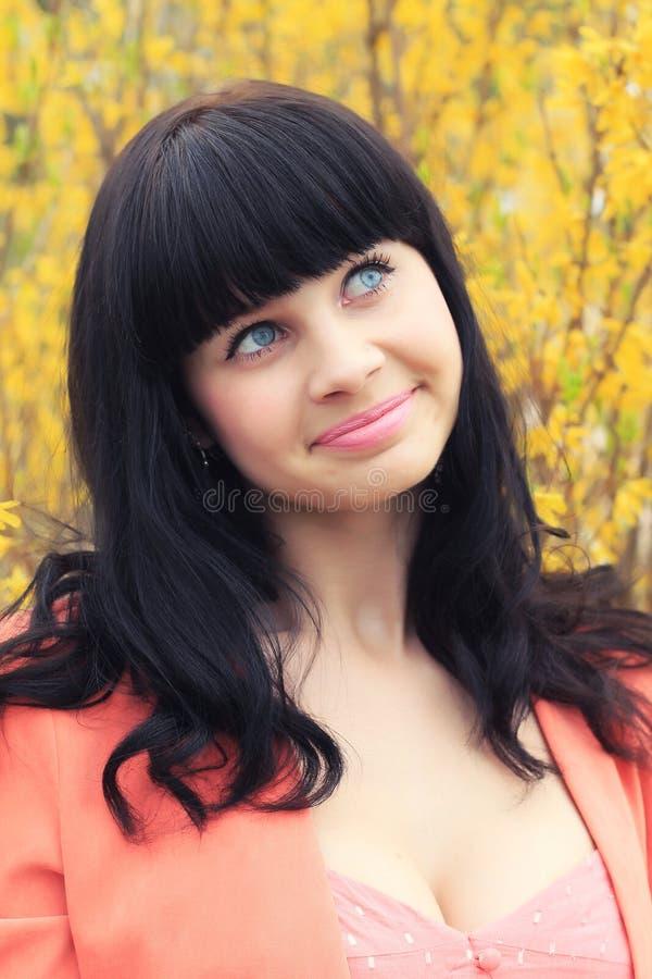 Πορτρέτο άνοιξη ενός όμορφου brunette κίτρινα λουλούδια στοκ φωτογραφία με δικαίωμα ελεύθερης χρήσης