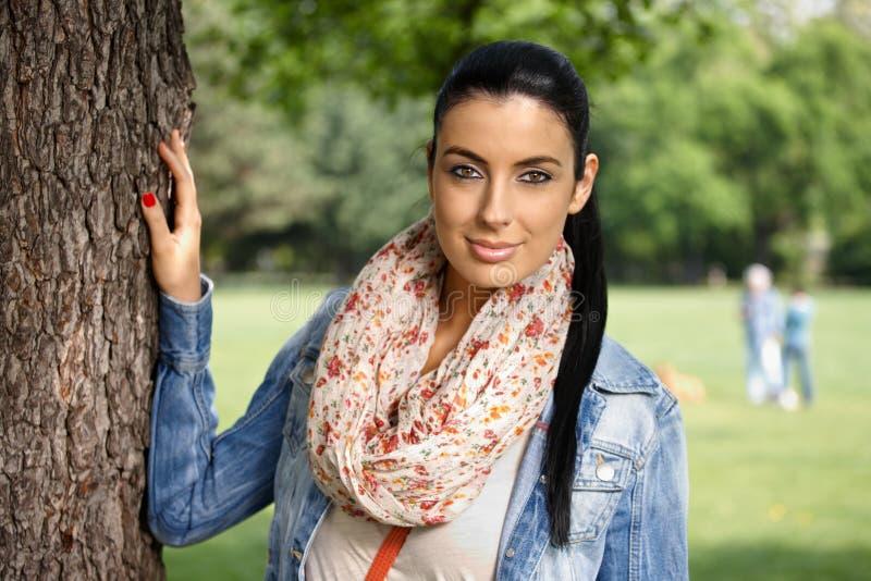 Πορτρέτο άνοιξη του όμορφου κοριτσιού στο χαμόγελο πάρκων στοκ φωτογραφία